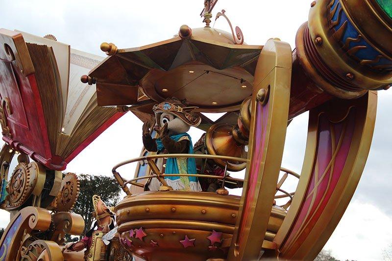 desfile da disney em paris carros alegoricos