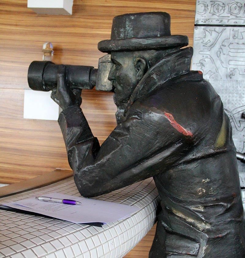 estatua bratislava fotografo de chapeu