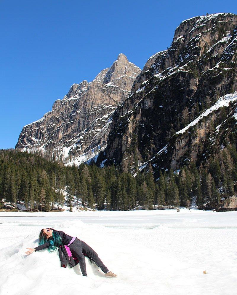 lago congelado italia lago di braies dolomitas