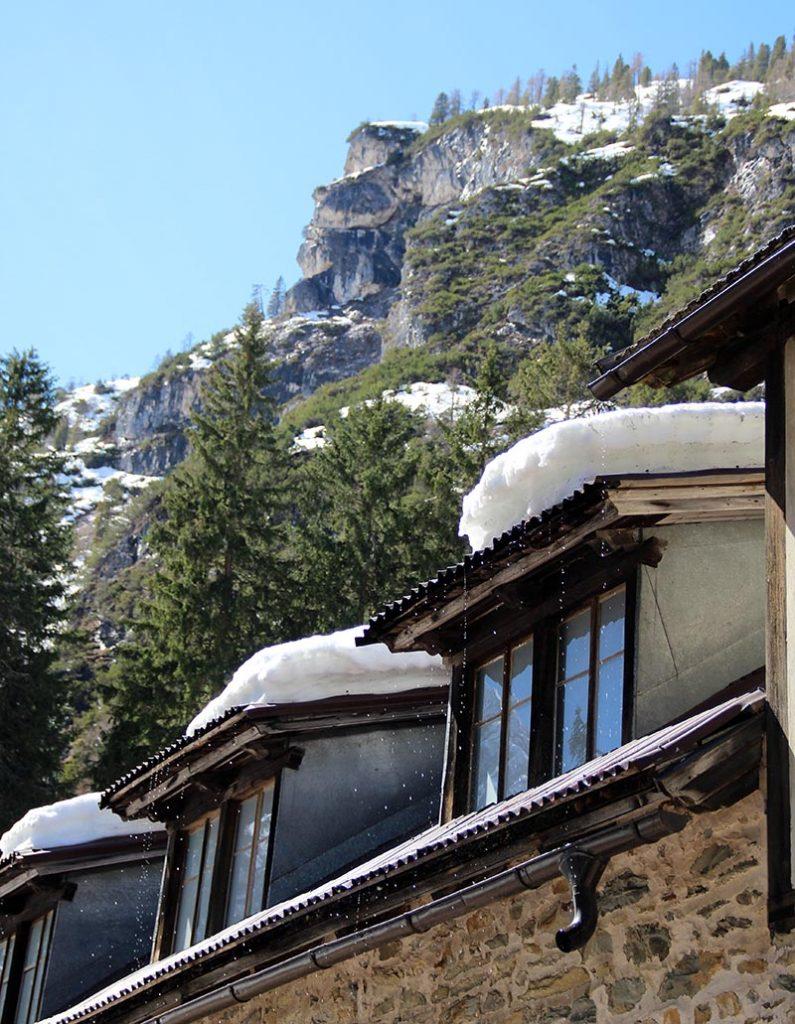 neve em cima do telhado lago di braies