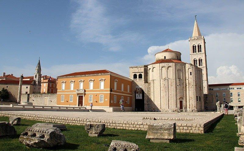forum romano ruinas em zadar croacia