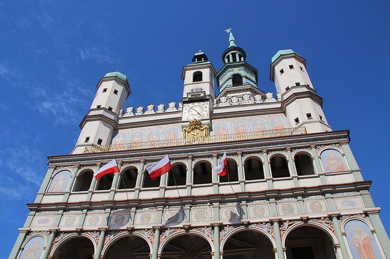prefeitura de poznan bandeiras polonia decoracao