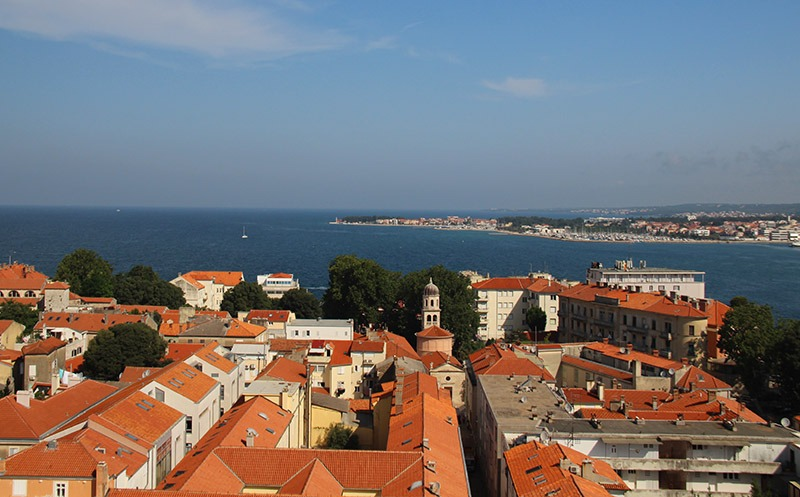 vista da torre do sino em zadar croacia mar