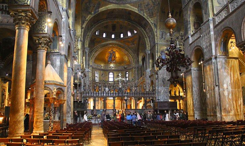 dentro da basilica di san marco veneza marmore