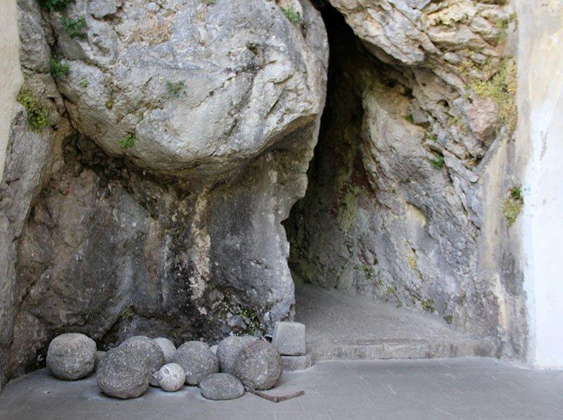 entrada para caverna castelo predjama