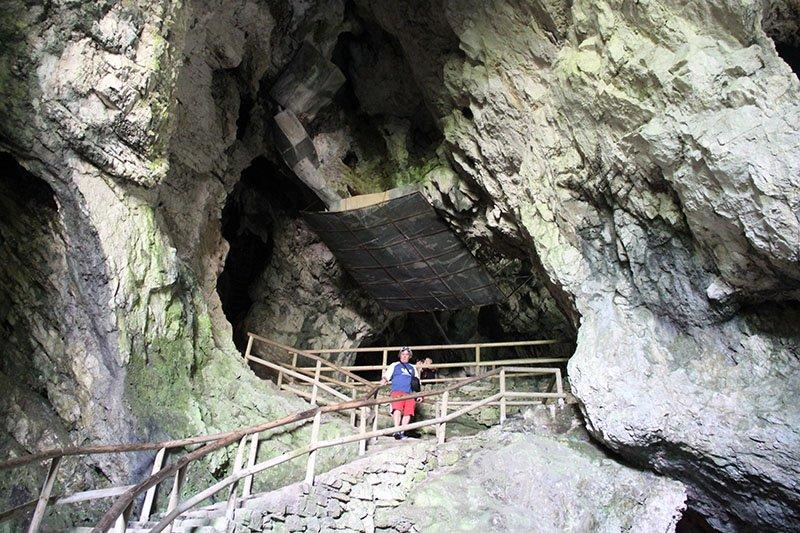 parte da caverna castelo predjama eslovenia