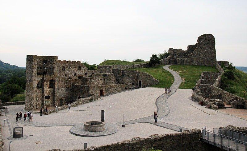 patio das ruinas do castelo devin bratislava poco
