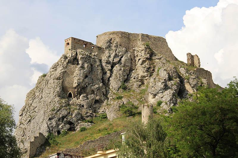 ruinas do castelo de devin sobre um penhasco