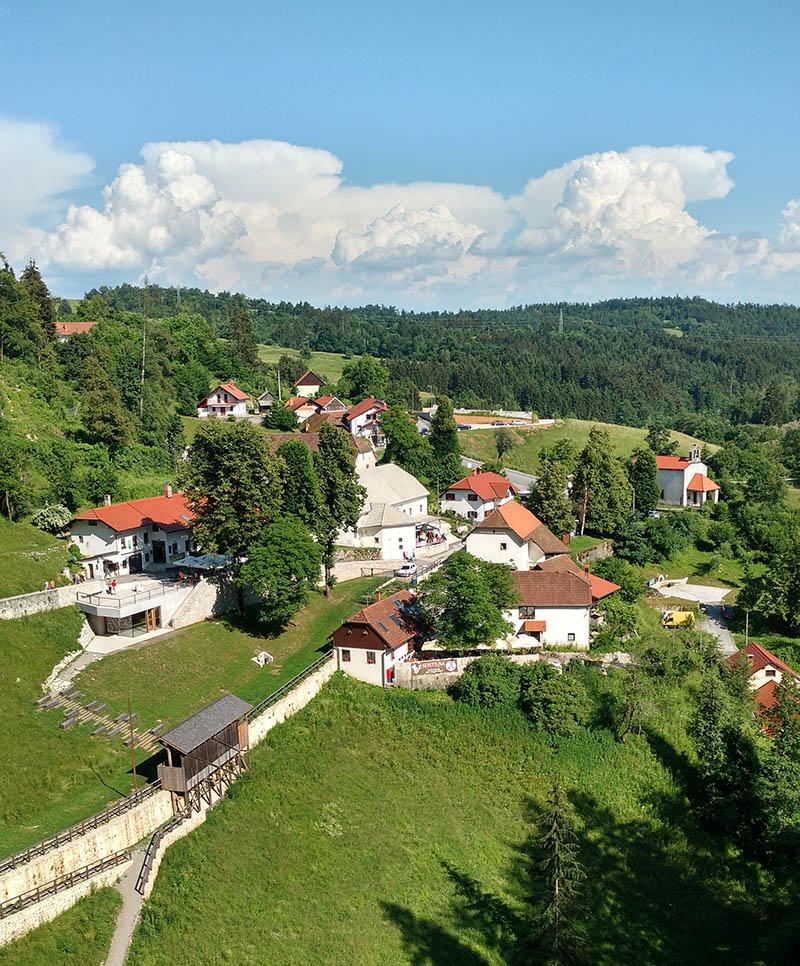 vista do castelo predjama eslovenia