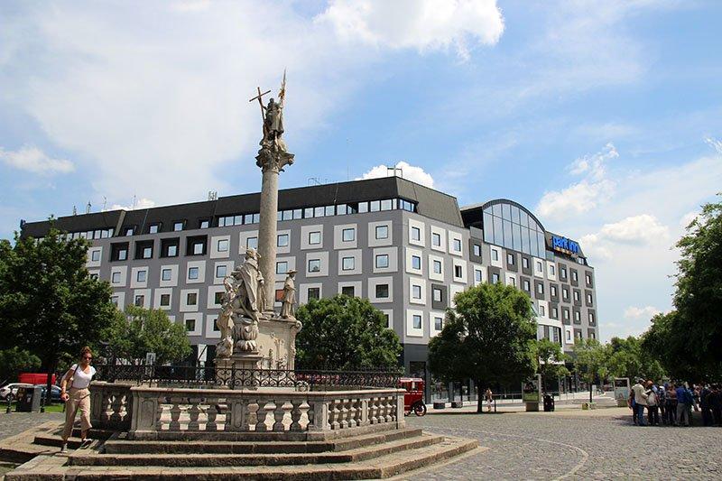 arquitetura bratislava predio com janelas diferentes park inn