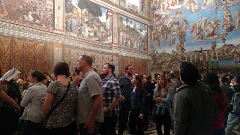 capela sistina cheia de gente vaticano