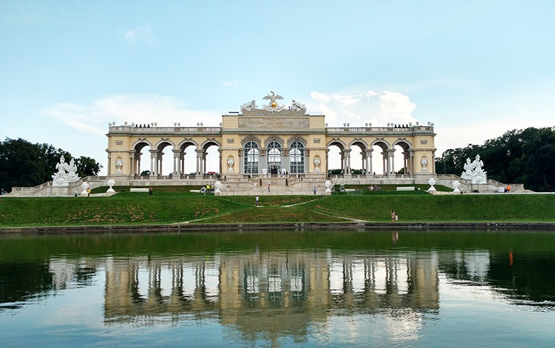 palacio schonbrunn gloriette refletindo no lago