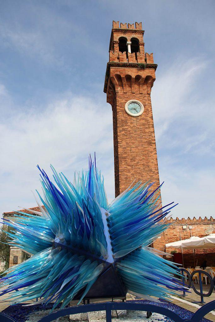 torre da praça de murano escultura de vidro gigante azul cometa