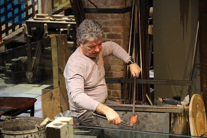 vidro sendo trabalhado fabrica artesanal murano