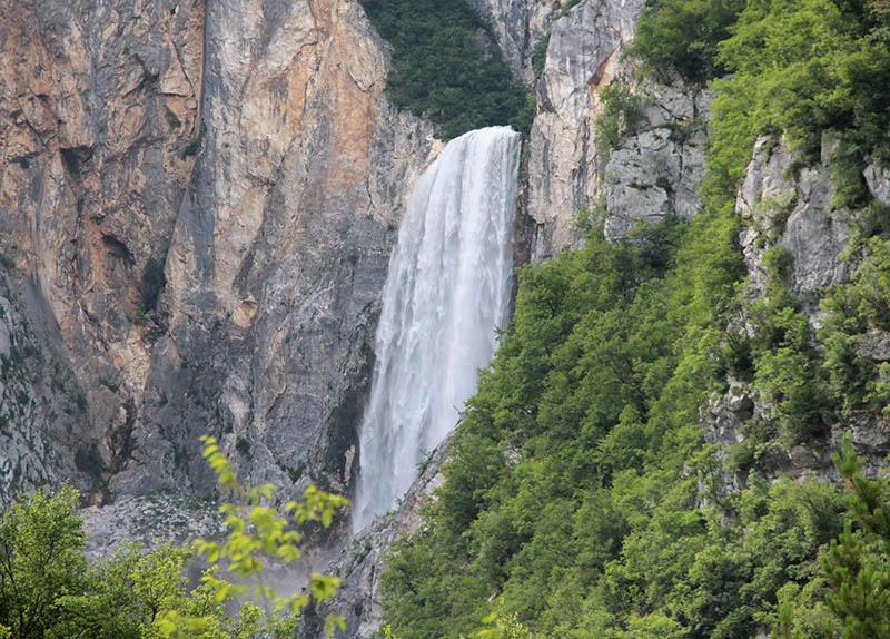 cachoeira boka maior da eslovenia em bovec