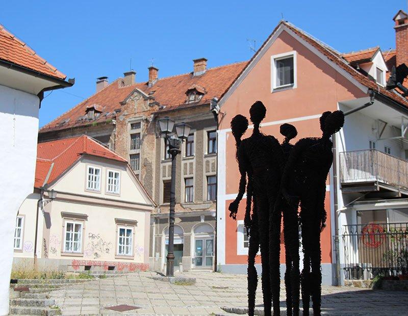 escultura metal pessoas maribor eslovenia