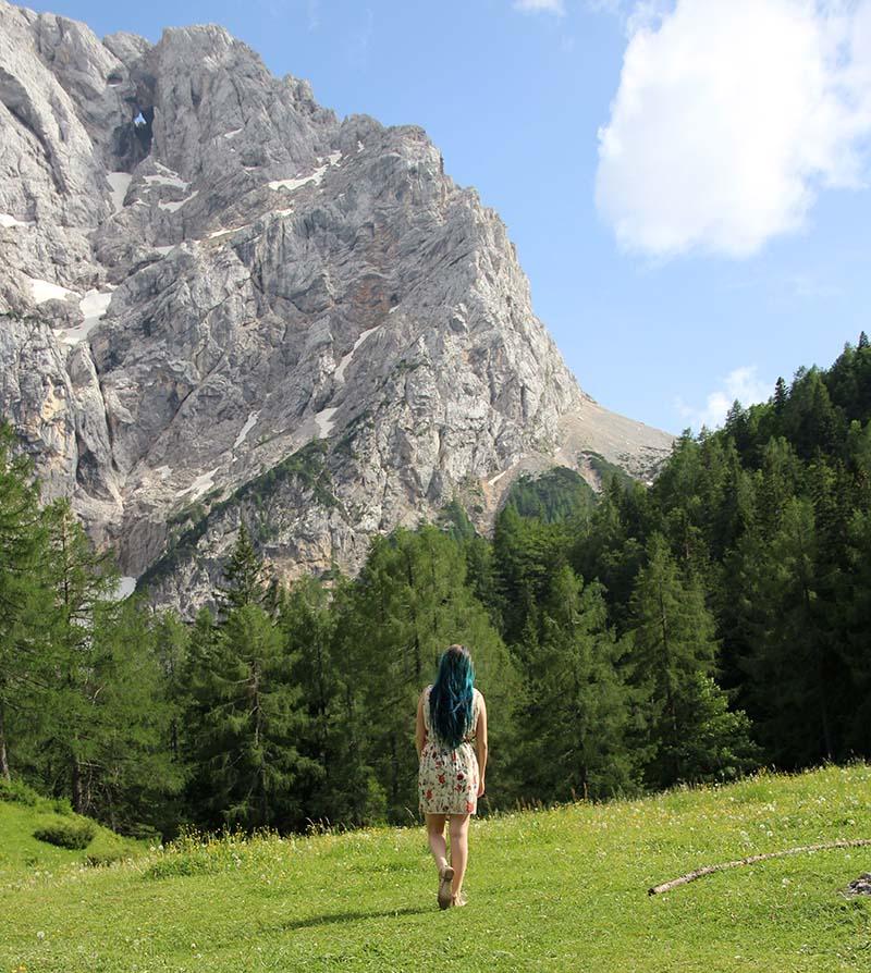 montanha presank menina paga estrada mais bonita da eslovenia