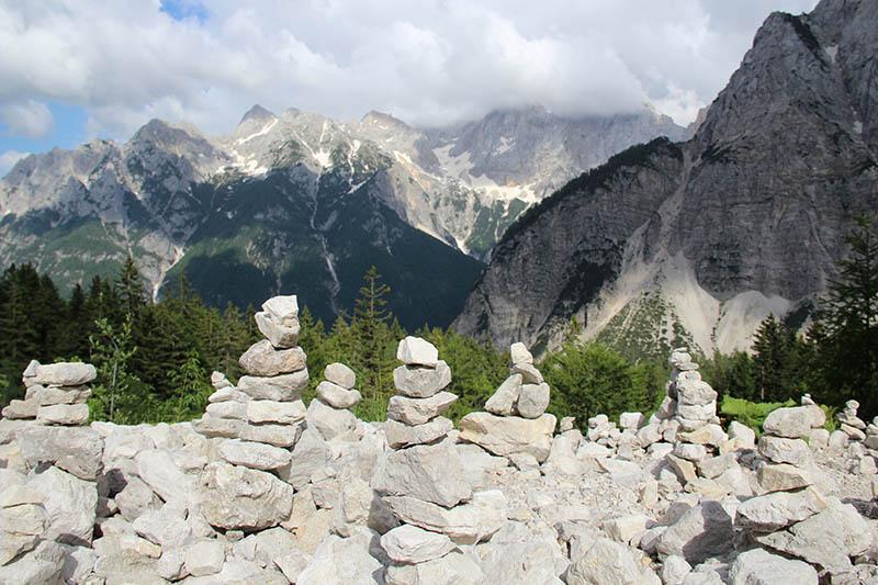 pedras empilhadas estrada vrsic pass eslovenia