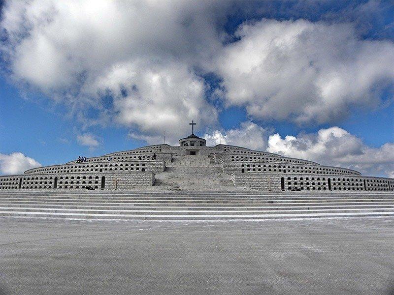 piramide ossuario monte grappa italia