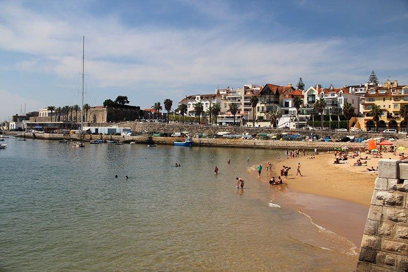 praia da ribeira em cascais portugal