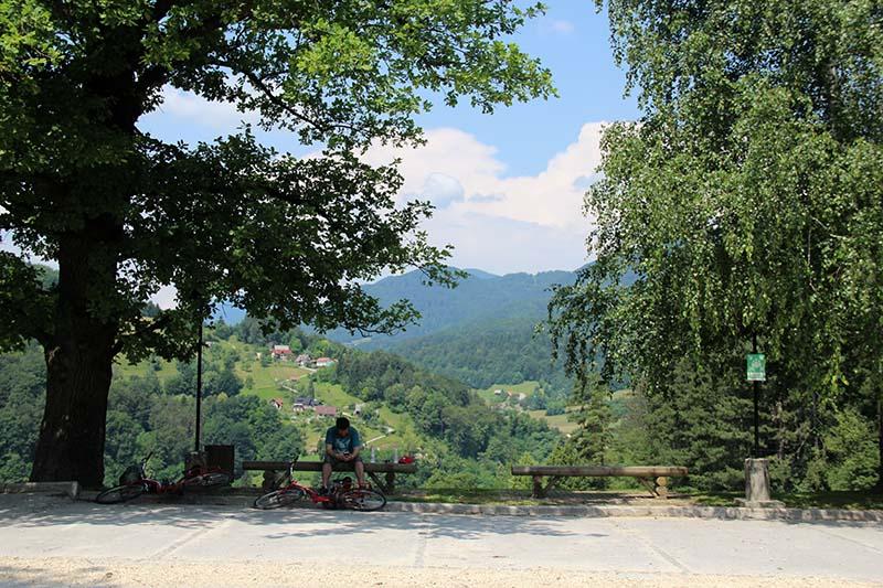 vista do castelo lasko bicicleta