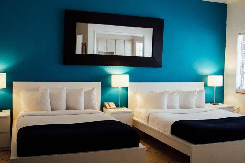 miami beach hostel quarto com parede azul duas camas