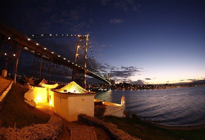 ponte hercilio luz iluminada a noite florianopolis