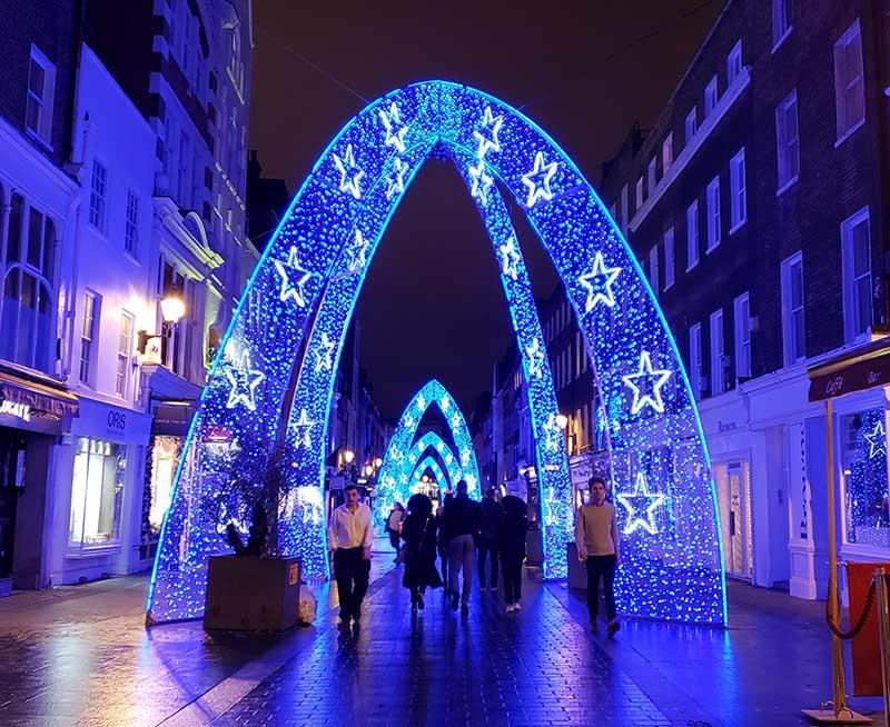 arco azul iluminado na rua oxford natal londres