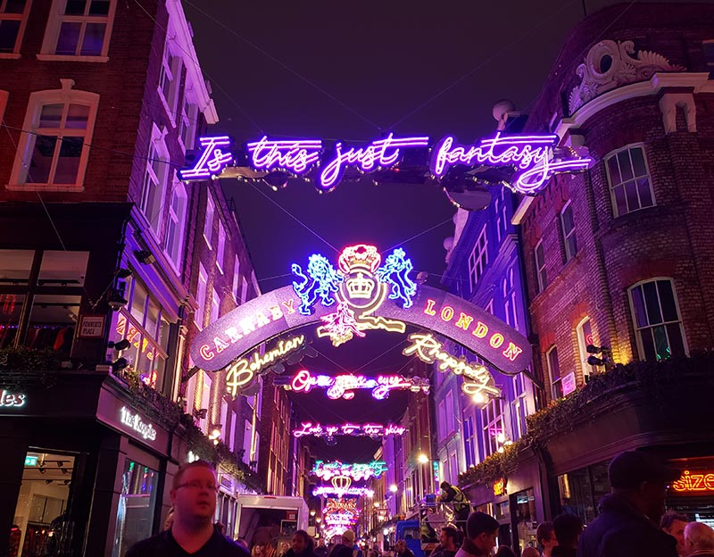carnaby street frases do queen com neon
