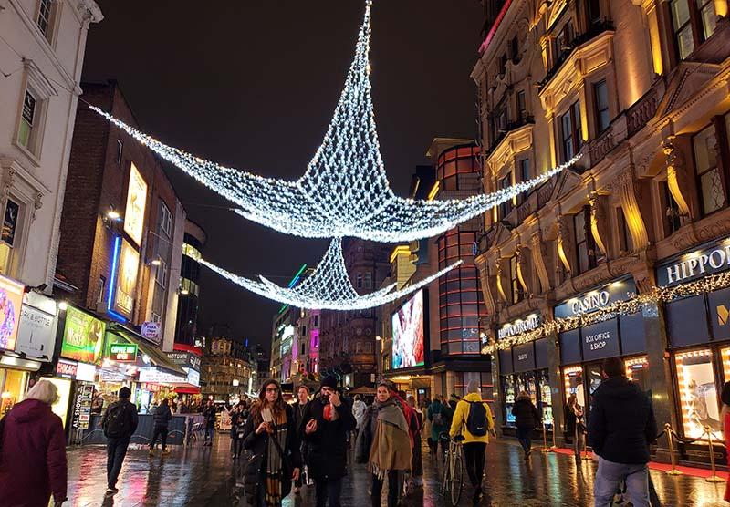 ruas iluminadas em londres durante o natal