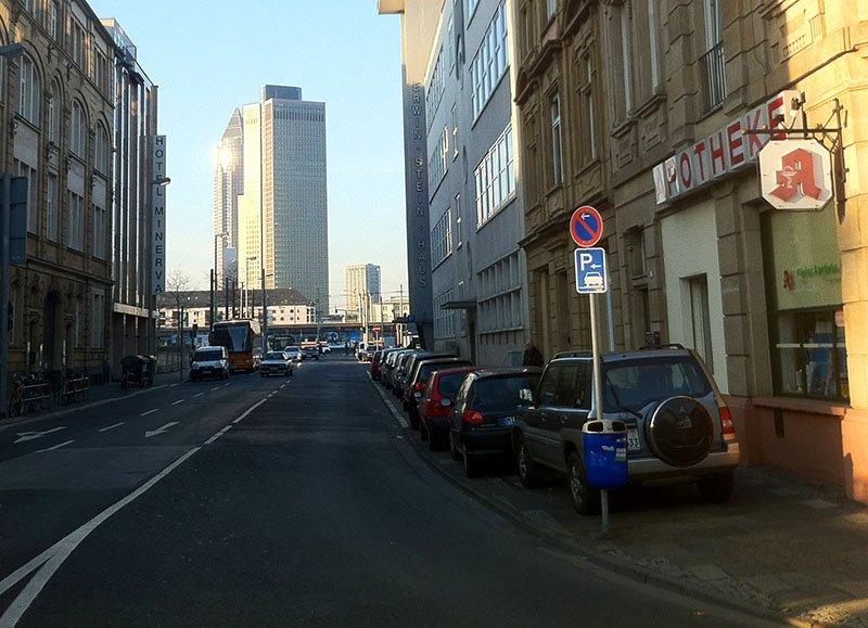rua congestionada em frankfurt alemanha