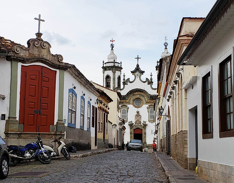 rua de sao joao del rei e igreja ao fundo