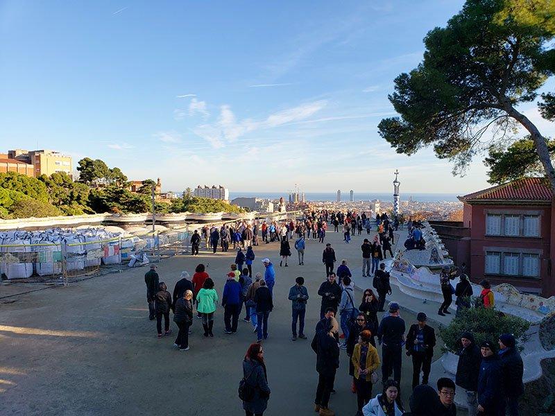 Visitantes na parte direita da Praça da Natureza e reforma na esquerda.