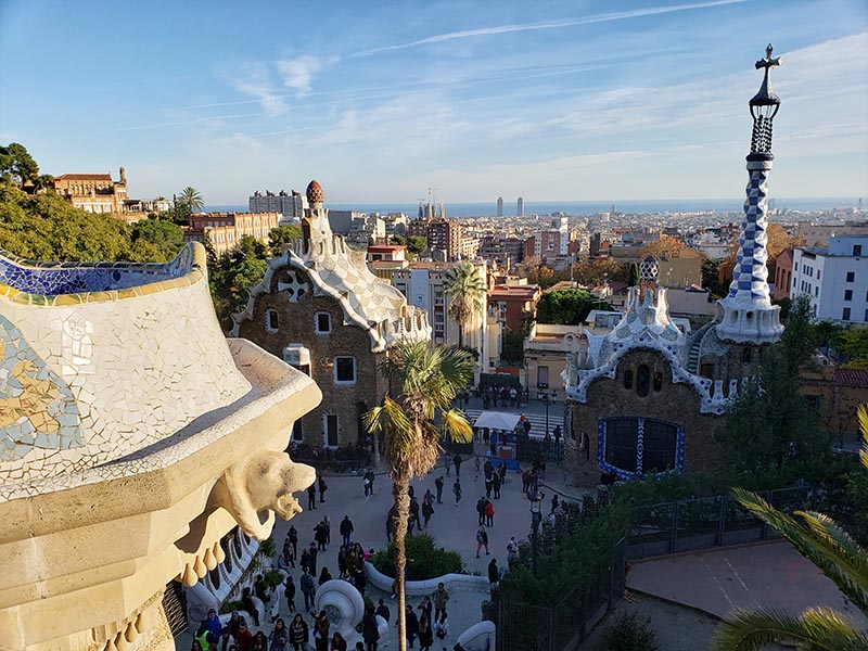 vista do parque guell em barcelona mar