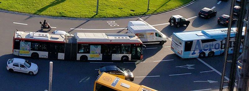Ônibus TMB e Aerobús na frente