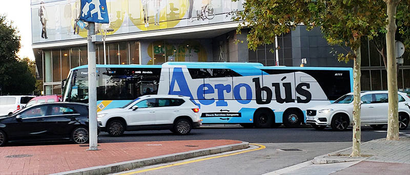 Ônibus Aerobús adesivado em azul