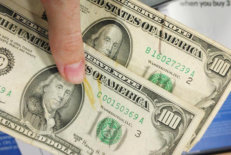 Comparação de canetinha para reconhecer notas de dólar falsificadas
