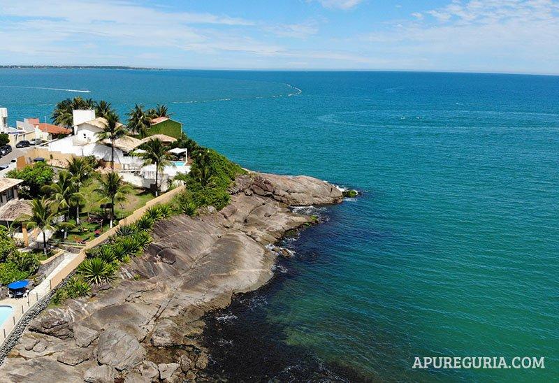 Canto esquerdo da praia da Costa Azul em Iriri