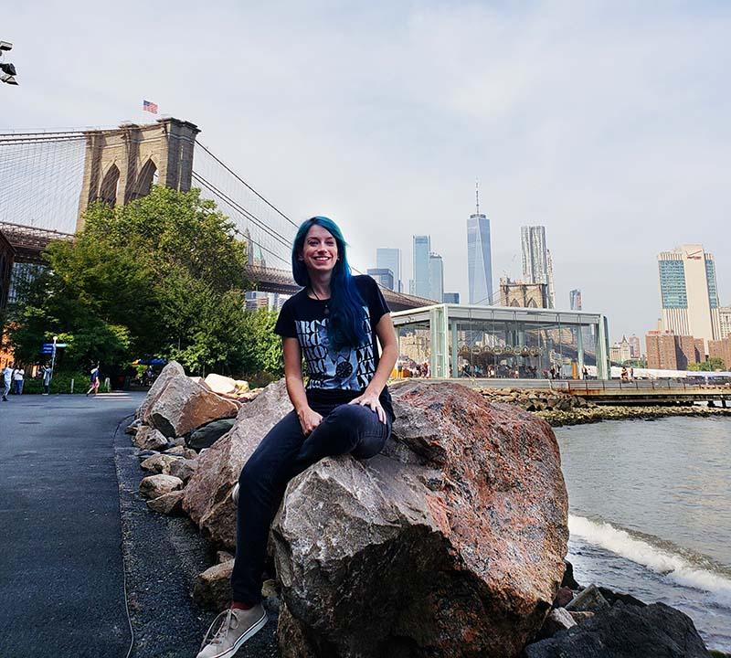 mulher viajar sozinha para nova york ponte brooklyn