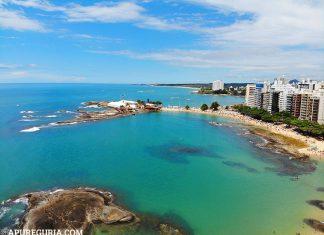Praia das Castanheiras e mar azul em Guarapari