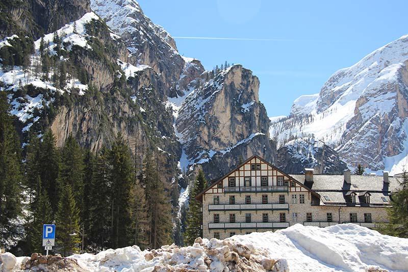 vista estacionamento lago di braies montanhas italia