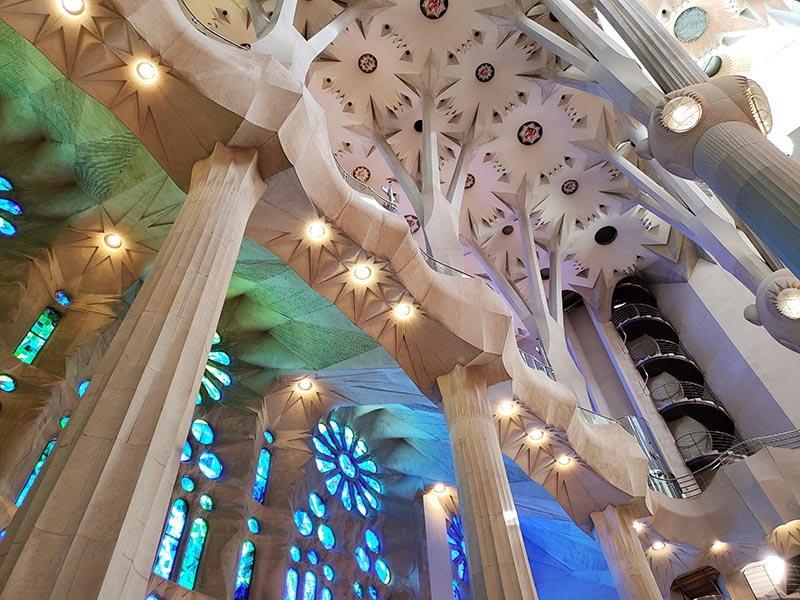 Detalhes dos vitrais em cores frias e teto