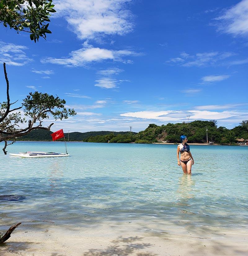 Águas clarinhas e azuis da ilha do Japonês