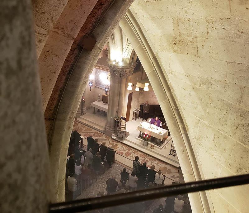 Missa sendo realizada no subsolo na sagrada familia