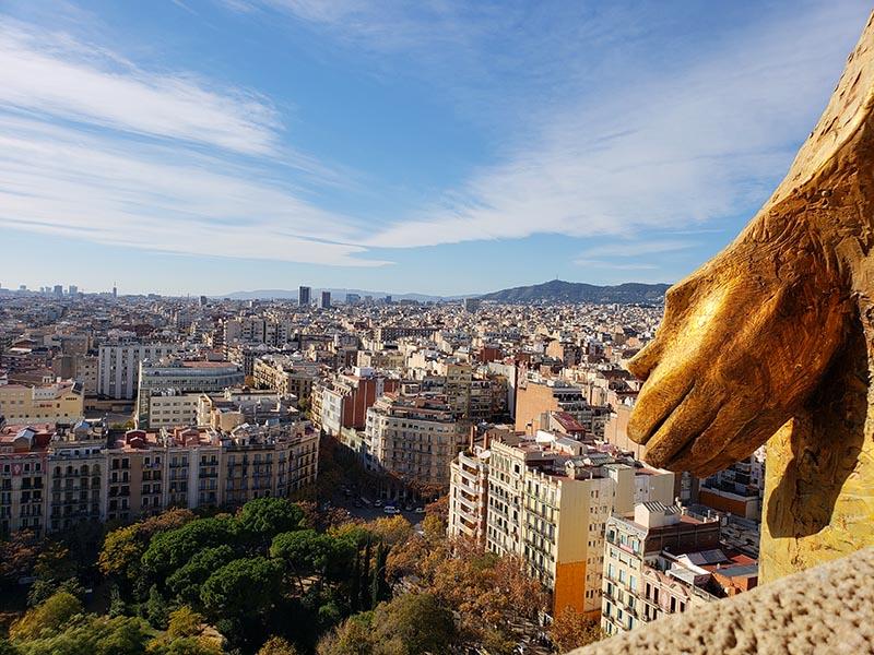 Vista de Barcelona e detalhe da mão dourada de Cristo