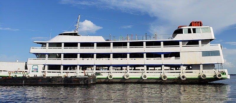 Barco de viagem com redes