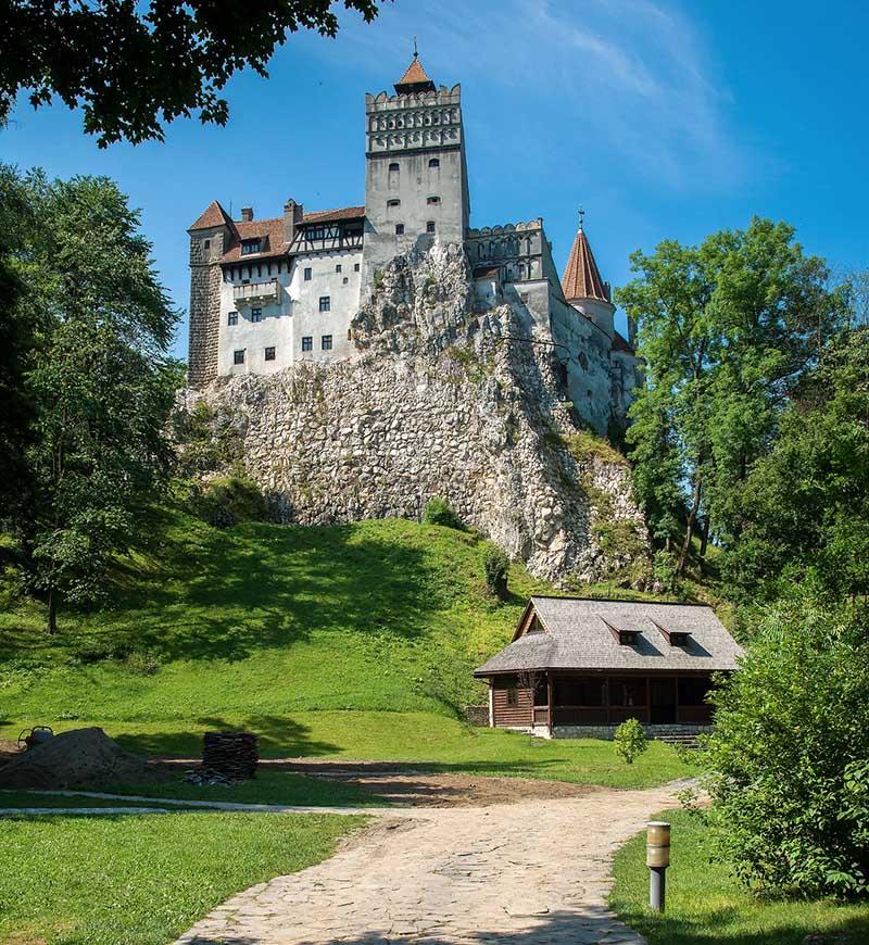 Estrada para o castelo Bran na Romênia