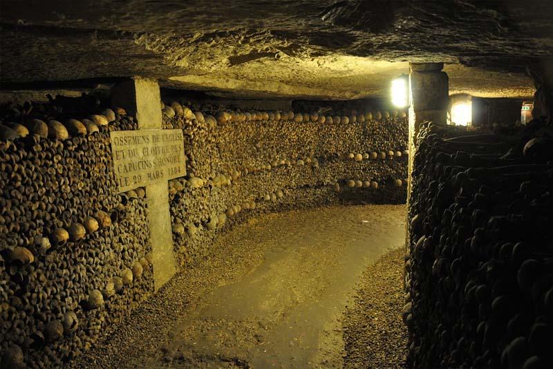 Túneis de ossos nas Catacumbas de Paris