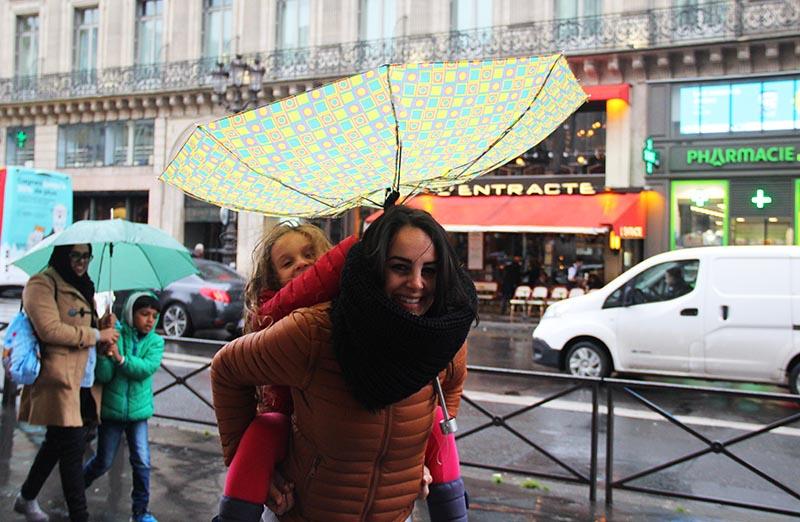 O guarda chuva vira mesmo com tanto vento em Paris!