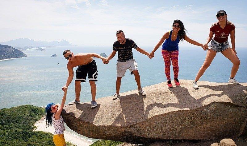 grupo segurando mulher na pedra do telegrafo